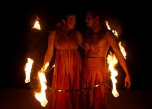 Feuershow Feuer des Mittelalters mit Feuerhoop.