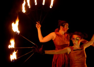 Feuershow Feuer des Mittelalters mit Feuerhandschuhen und Feuerfächer