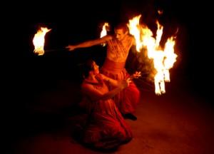 Feuershow Feuer des Mittelalters mit Feuerfächern