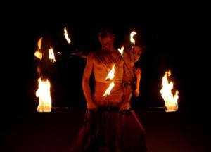 Feuershow Feuer des Mittelalters mit Feuerstäben